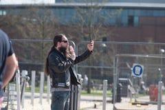 Cycliste de rock prenant le selfie avec la crème glacée  Photographie stock libre de droits