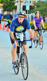 Cycliste de sourire photographie stock