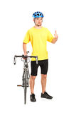 Cycliste de sourire posant et renonçant au pouce Photos stock