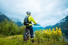 Cycliste de vélo de montagne près de fjord, Norvège Images stock