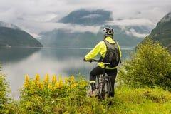 Cycliste de vélo de montagne près de fjord, Norvège Photos libres de droits