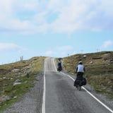 Cycliste deux faisant un cycle vers le haut image libre de droits