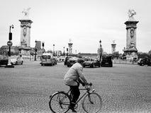 Cycliste devant Pont Alexandre III Images libres de droits