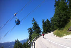 Cycliste en Alpe di Siusi Images stock