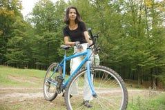 Cycliste en nature Images stock
