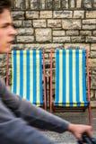 Cycliste et chaises longues dans la ville de bord de la mer Photographie stock libre de droits