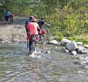 Cycliste et crique de montagne Photo libre de droits