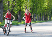 Cycliste et rollerblader Photographie stock