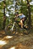 Cycliste extrême de MTB Photo stock