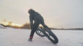 Cycliste extrême professionnel de sportif montant le gros vélo dans extérieur Le tour de cycliste chez l'homme de forêt de neige  banque de vidéos