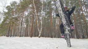 Cycliste extrême professionnel de sportif montant le gros vélo dans extérieur Le tour de cycliste chez l'homme de forêt de neige  clips vidéos
