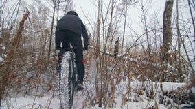 Cycliste extrême professionnel de sportif montant le gros vélo dans extérieur Vue en gros plan de roue arrière Tour de cycliste e banque de vidéos