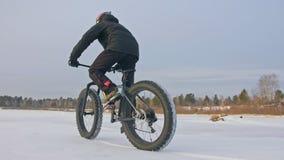 Cycliste extrême professionnel de sportif montant un gros vélo dans l'extérieur Tour de cycliste pendant l'hiver sur la glace de  clips vidéos
