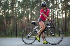 Cycliste féminin dehors Photos stock