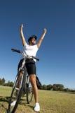 Cycliste féminin en bonne santé heureux Photographie stock libre de droits