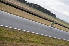 Cycliste féminin expédiant avec les lignes de divergence photos libres de droits