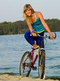 Cycliste féminin posant à l'extérieur Images libres de droits