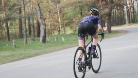 Cycliste féminin sprintant hors de la selle Concept de recyclage de formation Tour de recyclage ascendant Mouvement lent clips vidéos