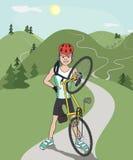 Cycliste heureux après la monte de la traînée de montagne Image libre de droits