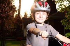Cycliste heureux de sourire au crépuscule Image libre de droits