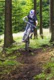 Cycliste incliné de montagne dans une forêt près de Kronberg, Allemagne Image libre de droits