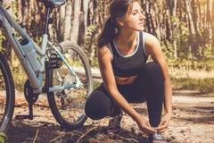 Cycliste laçant ses espadrilles Images stock