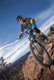 Cycliste masculin convenable utilisant la route rouge de montagne d'équitation de débardeur Photographie stock