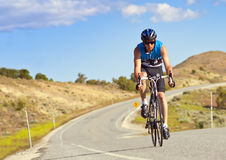 Cycliste masculin sur la route Photos stock