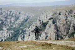 Cycliste masculin sur le mountainbike de sports images libres de droits