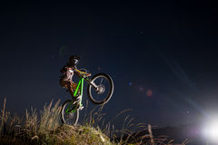 Cycliste montant en descendant sur le vélo de montagne sur la colline images libres de droits