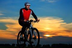 Cycliste montant le vélo images stock