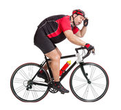 Cycliste obèse avec la difficulté montant une bicyclette photographie stock libre de droits