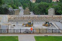 Cycliste observant les travaux de réparation du fond du lac de ` du ` de larmes sur Mamaev Kurgan à Volgograd Photos stock