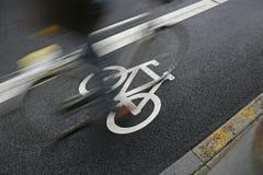 Cycliste passant près Photographie stock libre de droits