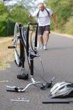 Cycliste prêt à porter le vélo cassé vers le haut Photographie stock libre de droits