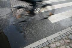 Cycliste rapide de matin image stock
