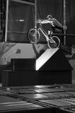 Cycliste restant sur la grande texture sur la roue arrière Photographie stock