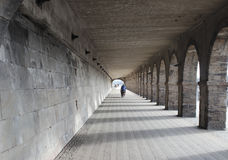Cycliste solitaire par le passage souterrain image libre de droits