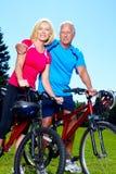 Cycliste supérieur heureux de couples. Images libres de droits