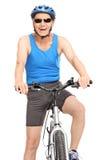 Cycliste supérieur joyeux s'asseyant sur son vélo Photographie stock libre de droits