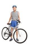 Cycliste supérieur se tenant derrière une bicyclette et un sourire Images libres de droits