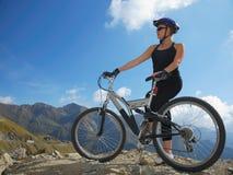 Cycliste sur des montagnes Photographie stock libre de droits