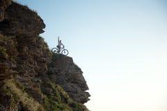 Cycliste sur la colline Image libre de droits