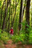 Cycliste sur la monte de chemin forestier extérieure Photo libre de droits