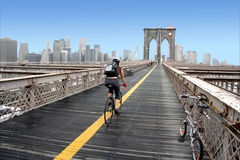 Cycliste sur la passerelle de Brooklyn Photo libre de droits
