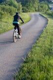 Cycliste sur la route de campagne Photographie stock