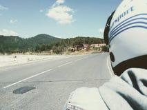 Cycliste sur la route Distance bleue roman, voyageant sur une moto photographie stock libre de droits