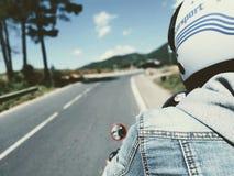 Cycliste sur la route Distance bleue roman, voyageant sur une moto photo stock