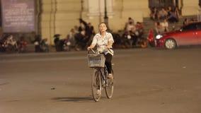 Cycliste sur la rue dans la vieille ville de Hanoï photo stock