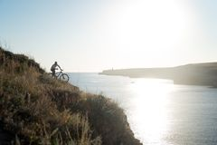 Cycliste sur le bord de la mer Photos libres de droits
